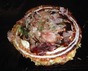 Okonomiyaki, comida típica de Osaka.