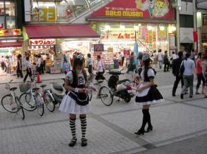 Chicas promocionando un Maid Café en Akiba, Tokio.