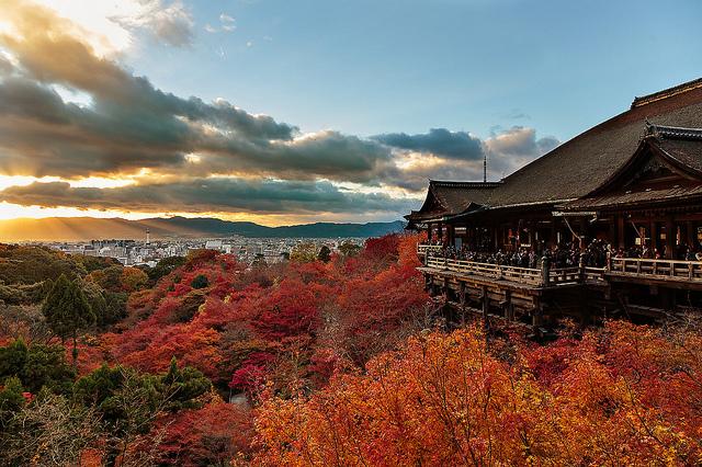 Crepúsculo otoñal desde el templo Kiyomizu.