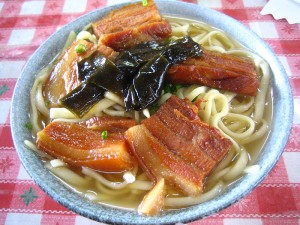 Plato típico de Okinawa; Okinawa Soba.