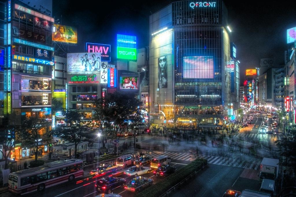 Cae la noche en el animado barrio de Shibuya