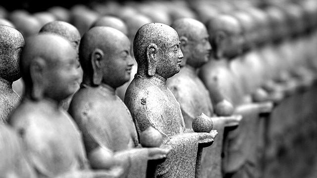 Imagen de los monjes de piedra en el Templo Hase Kannon en Kamakura