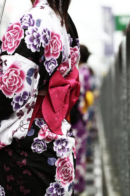 Imagen de un Kimono con flores rosas y violetas