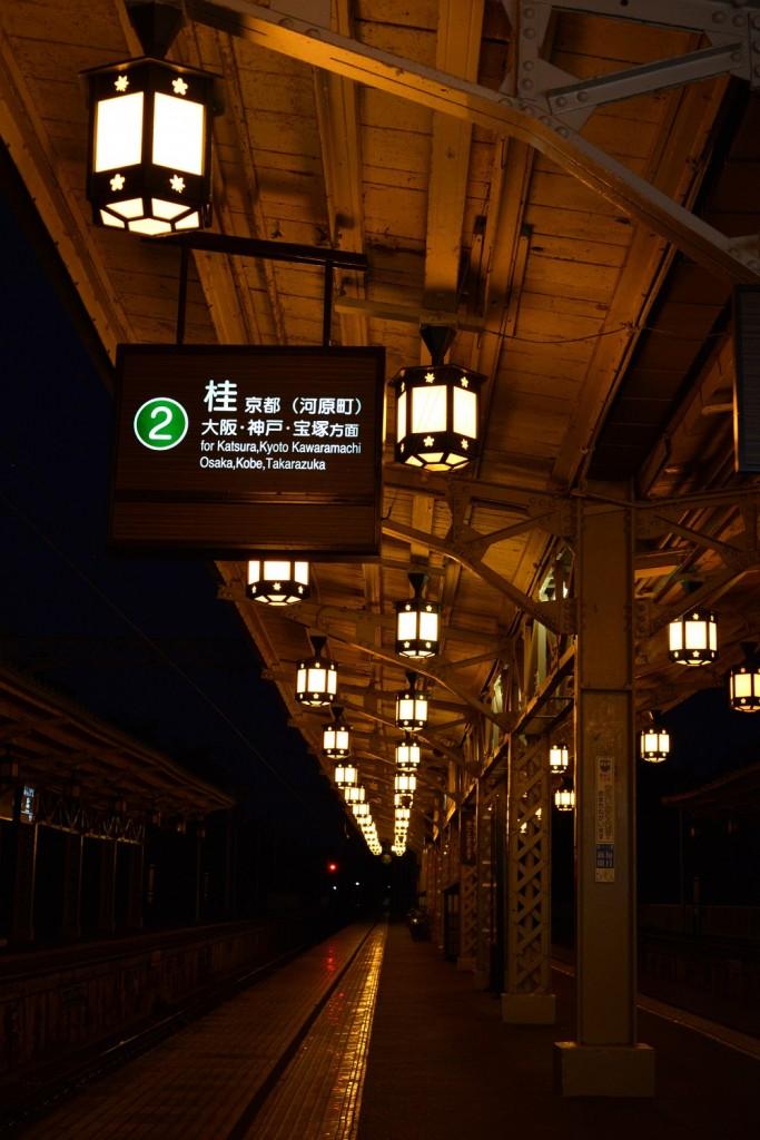 Imagen por la noche del andén de la estación de Arashiyama en Kioto