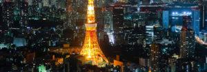 La noche se cierne sobre la torre de Tokio.