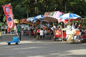 Puestos de comida callejeros en el parque Yoyogi, Tokio.