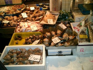 Productos a la venta en el mayor mercado de pescado del mundo.