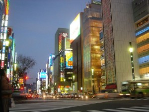 Colorida calle de Ginza al anochecer.