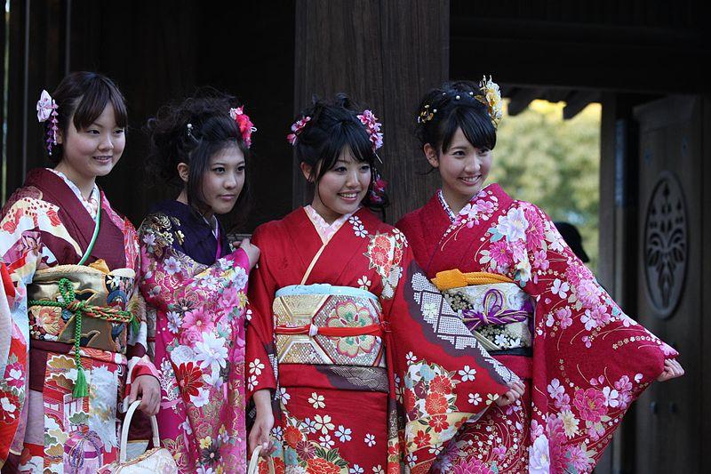 Chicas vestidas con bonitos kimonos pra la festividad