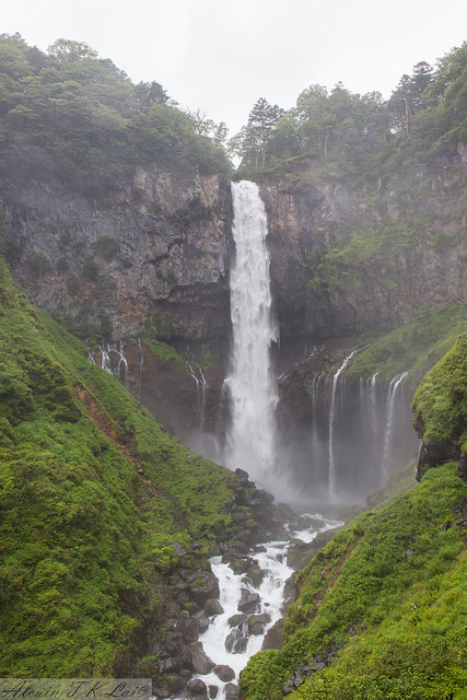 imagen de la espectacular cascada de Kegon en el lago Chuzenji