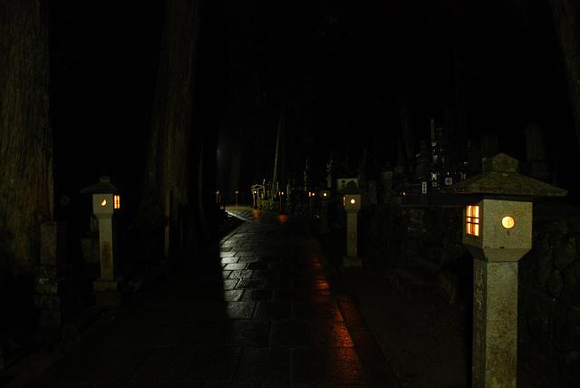 Imagen del mausoleo Kobo Daishi durante la noche