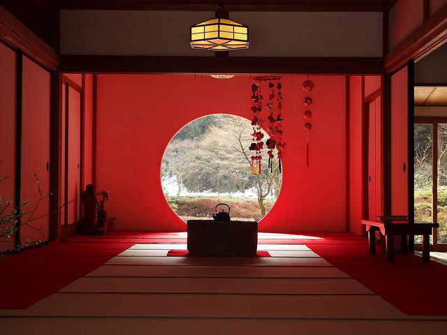 Imagen desde el interior del templo de Meigetsu-in en Kamakura
