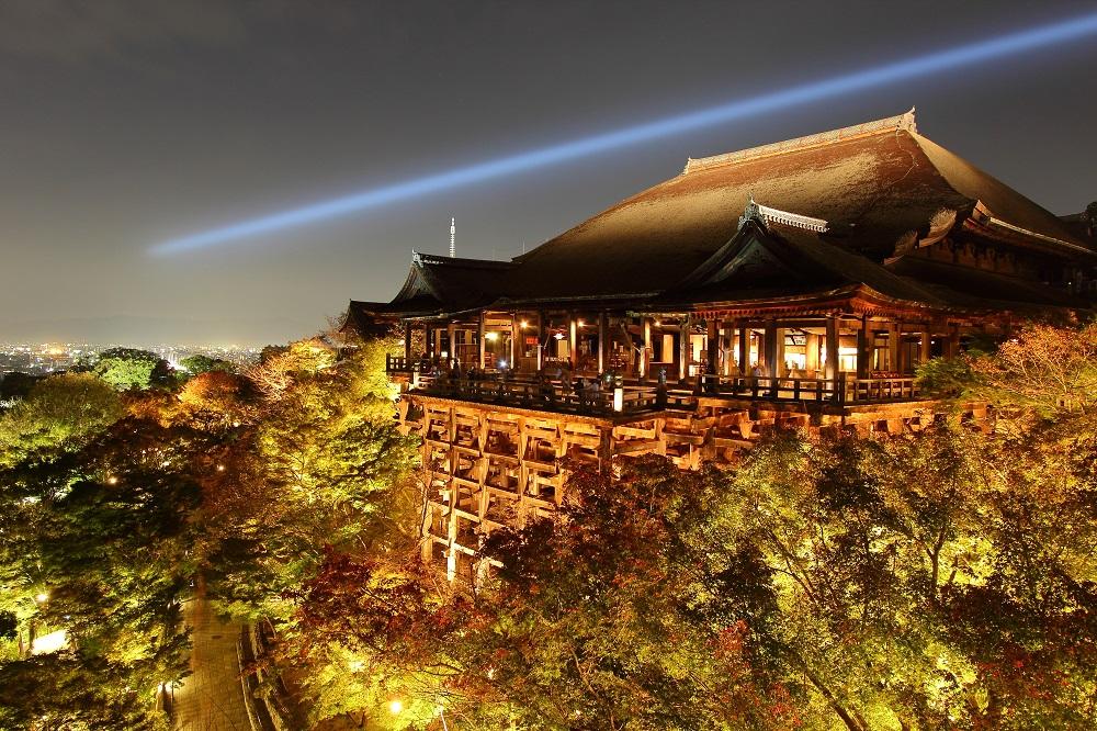 Imagen nocturna del mirador del templo Kiyomizu-dera en Kioto