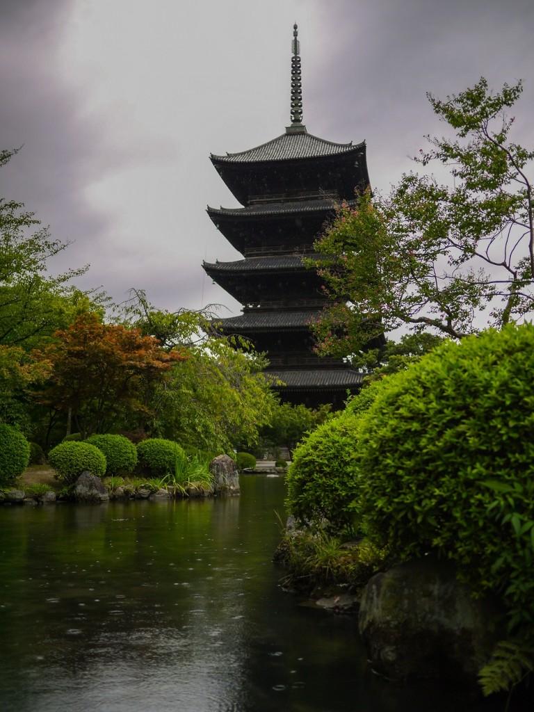 Imagen desde el exterior de la Pagoda de Goju-no-to en Kioto
