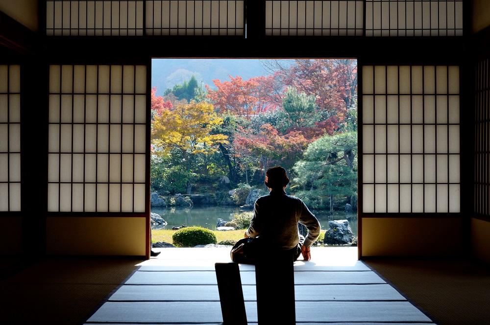 Imagen de una persona meditando en el interior del Templo de Tenryu-ji